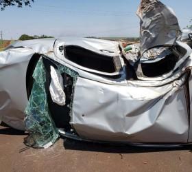 Mulher grávida é resgatada de carro que capotou após batida...