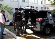 Policiais do Gate recolhem explosivos que foram encontrados em casa...