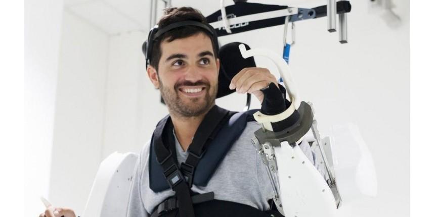 Tetraplégico move braços e pernas após 4 anos com equipamento controlado pela mente