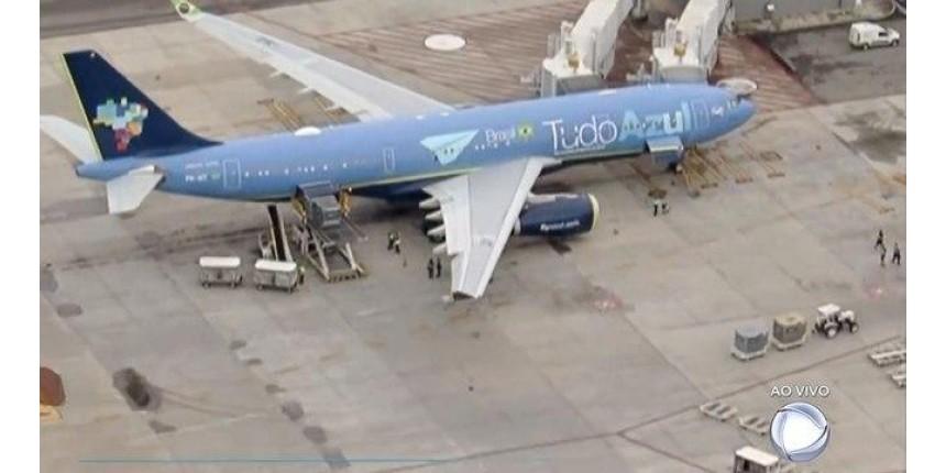 Avião com corpo de Gugu Liberato chega ao aeroporto de Viracopos