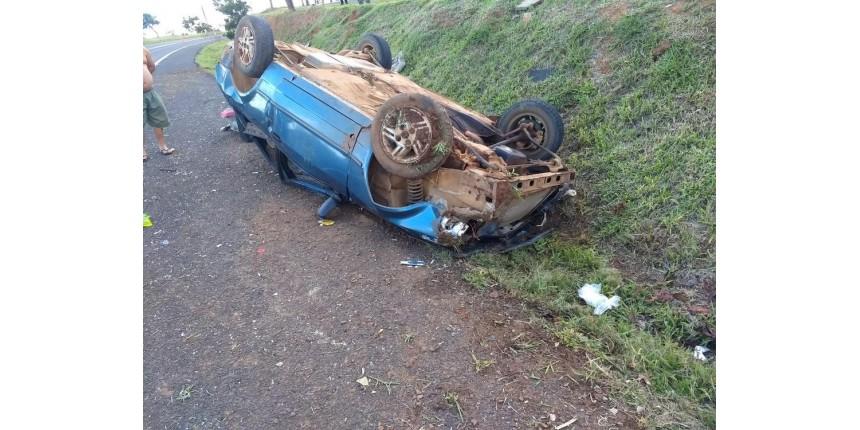 Criança de 2 anos morre e outras quatro pessoas ficam feridas após carro capotar em rodovia