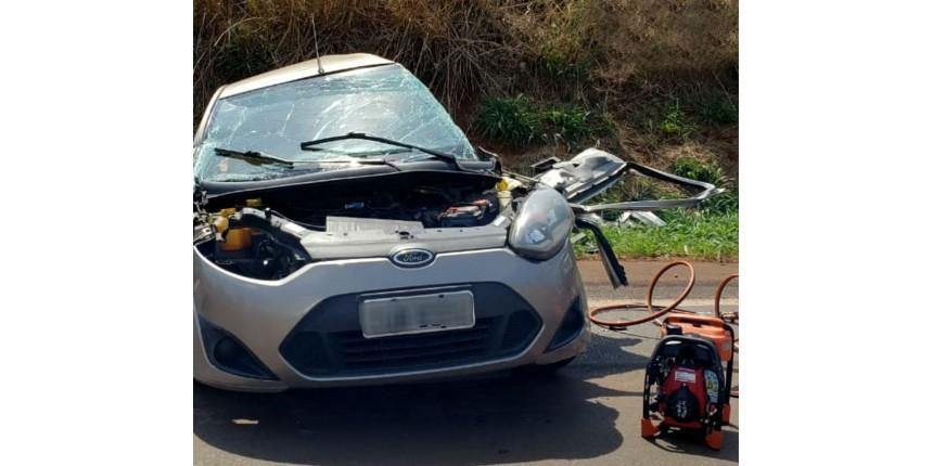 Mãe e filho morrem após batida entre carro e carreta em rodovia