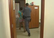 Mãe é presa suspeita de deixar bebê sozinho por 12h...