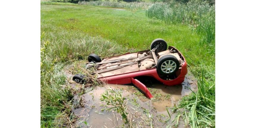 Motorista é resgatado em estado grave após carro cair em lagoa e ficar submerso