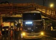 Motorista relata susto e diz que ônibus 'segurou' passarela que...