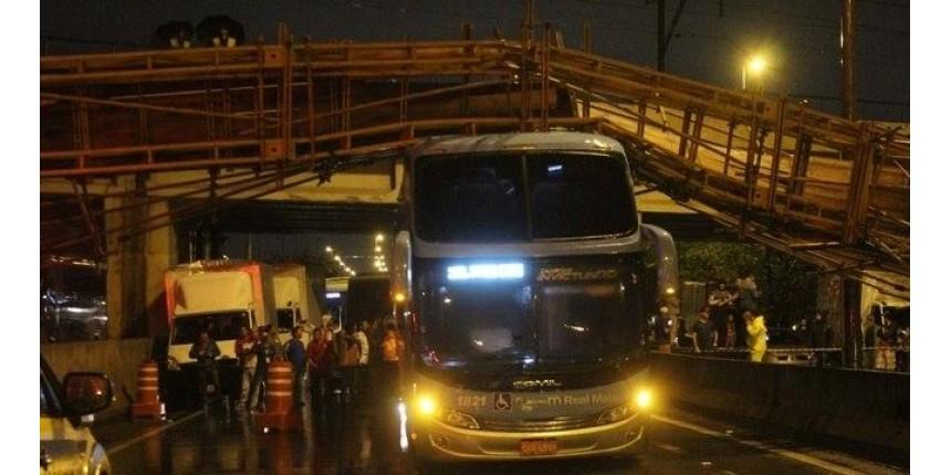Motorista relata susto e diz que ônibus 'segurou' passarela que caiu na Marginal Tietê: 'senão ia acontecer coisa pior'