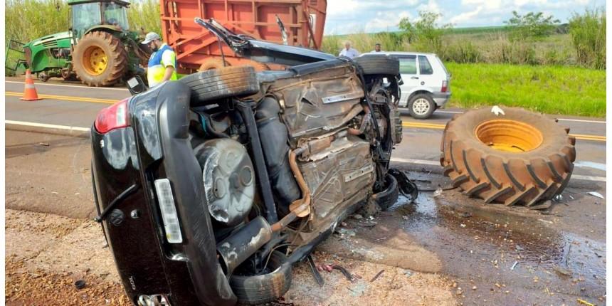 Mulher morre após bater carro em trator em rodovia