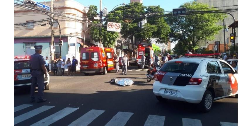 Mulher morre após cair de moto e ser atropelada por ônibus