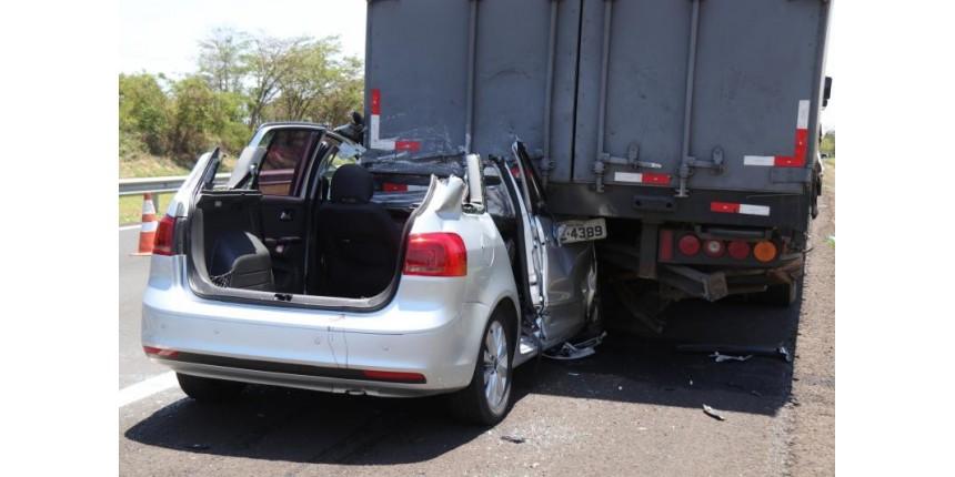 Uma pessoa morreu e quatro ficaram feridas em acidente na Rodovia