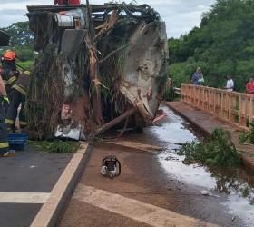 Acidente entre ônibus e motocicleta deixa cinco pessoas mortas em...