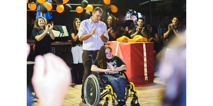 Alunos se mobilizam e compram cadeira de rodas motorizada para colega de classe: 'Maior sonho'