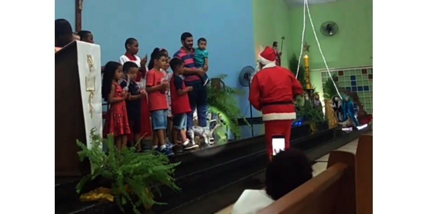 Cachorra foge de casa, entra em igreja e sobe no altar para 'receber presente' durante missa de Natal