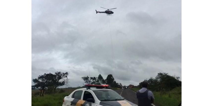 Carro cai em precipício e motorista é resgatado em helicóptero da PM