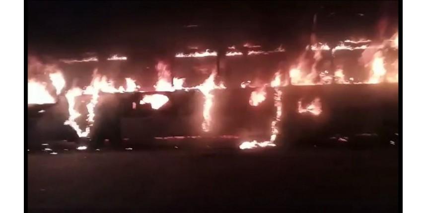 Criminosos roubam passageiros e incendeiam ônibus