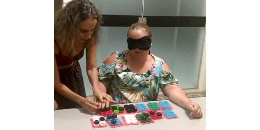 Empresária com baixa visão cria projeto para ensinar braille a deficientes visuais