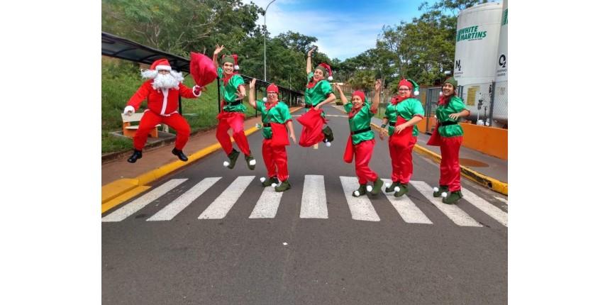 Funcionários de hospital se fantasiam para levar alegria do Natal para pacientes