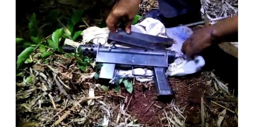 Jovem é preso depois de esconder metralhadora em matagal