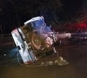 Motorista morre após bater caminhonete na mureta de rodovia