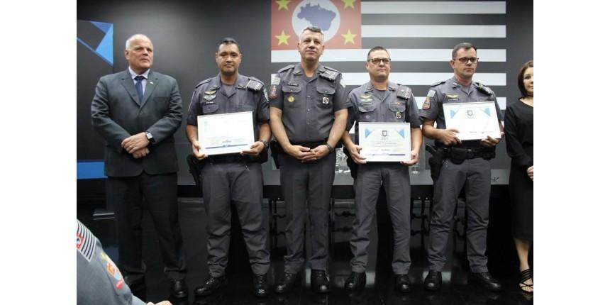 PMs que prenderam suspeitos de assaltar e matar idoso recebem homenagem