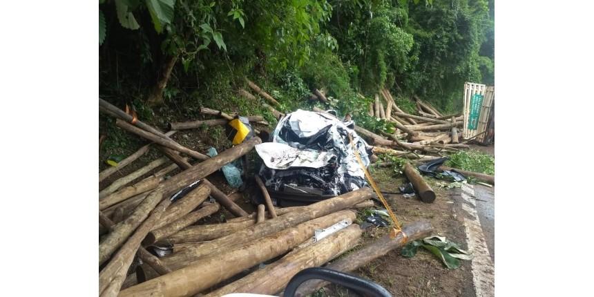 Caminhão tomba e dois morrem atingidos por toras de madeira que caíram do veículo