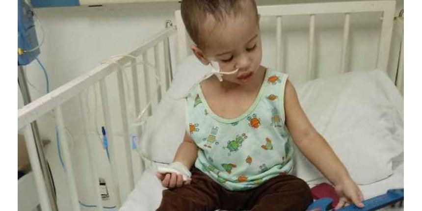 Enquanto aguarda por remédio, mãe vê câncer do filho avançar