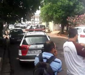 Homem morre esfaqueado e baleado na frente de casa