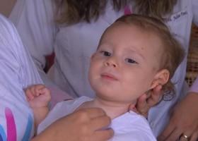 Mãe de bebê com músculos fracos mantém campanha após negativa de tratamento...