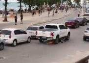 Motorista de pick-up arrasta motocicleta após colisão e confusão no...