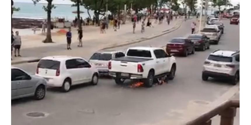Motorista de pick-up arrasta motocicleta após colisão e confusão no trânsito