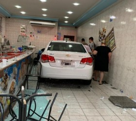Motorista perde o controle da direção, invade sorveteria e deixa...