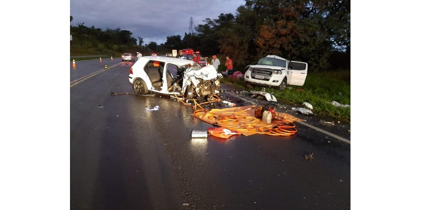 Acidente entre carro e caminhonete mata duas mulheres