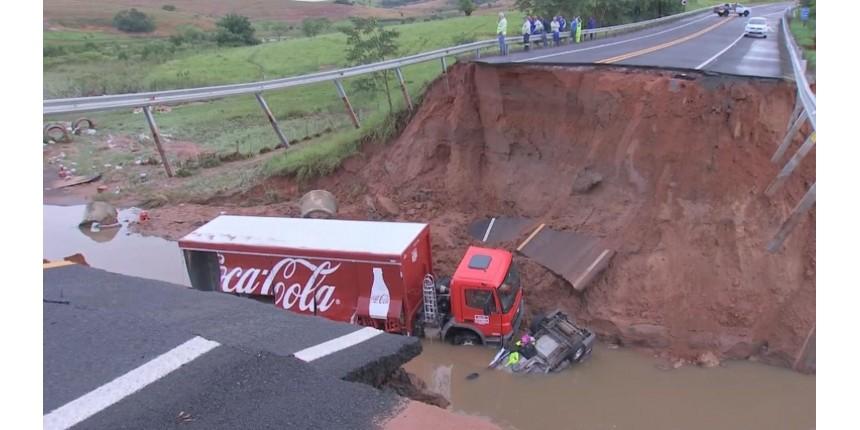 Chuva abre cratera na pista e 'engole' carro e caminhão em Júlio Mesquita; uma pessoa morreu