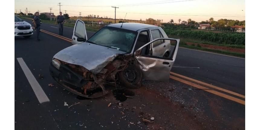 Dois ficam feridos após carro bater em caminhão na SP-457