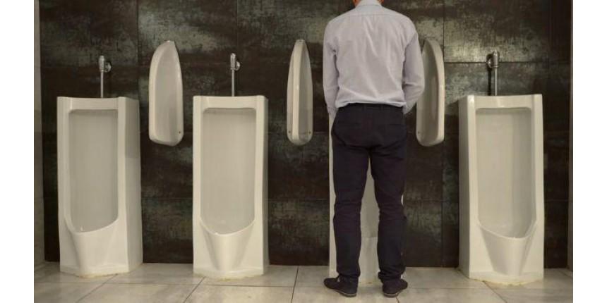 É mais saudável para os homens fazer xixi em pé ou sentados?