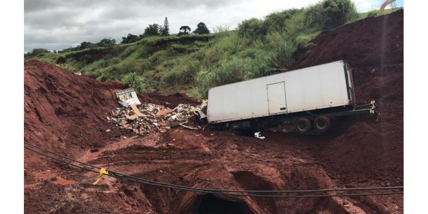 É o terceiro caminhão que invade trecho interditado e cai em cratera