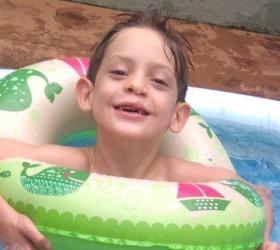 Família de criança com doença degenerativa que causa paralisia e...
