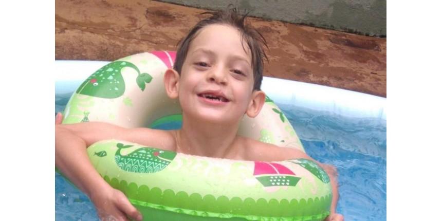 Família de criança com doença degenerativa que causa paralisia e cegueira faz campanha por doador de medula óssea