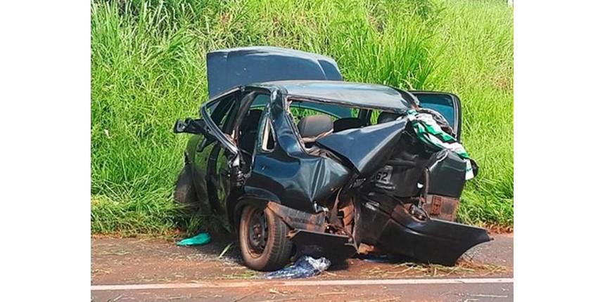 Três ficam feridos após carro bater em árvore e capotar em rodovia
