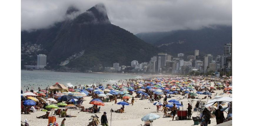 Defesa Civil vai às praias do Rio para pedir que banhistas se retirem