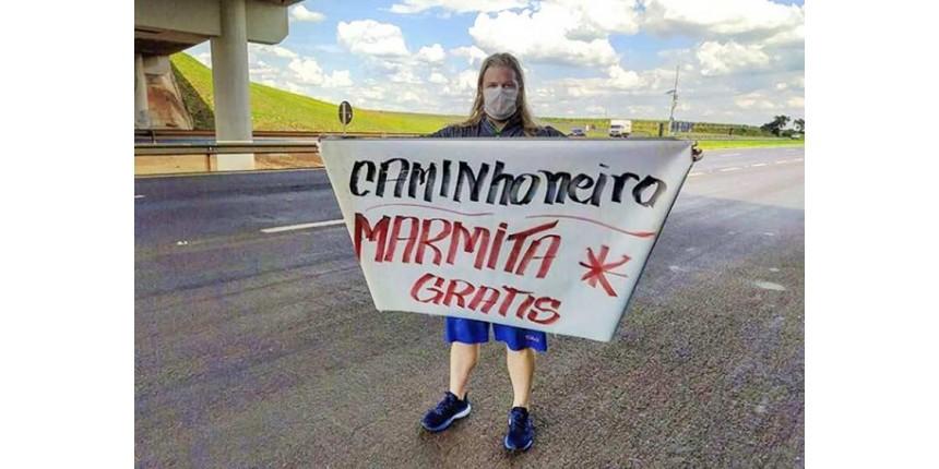 Vestido de Thor, brasileiro doa marmitas para caminhoneiros na estrada