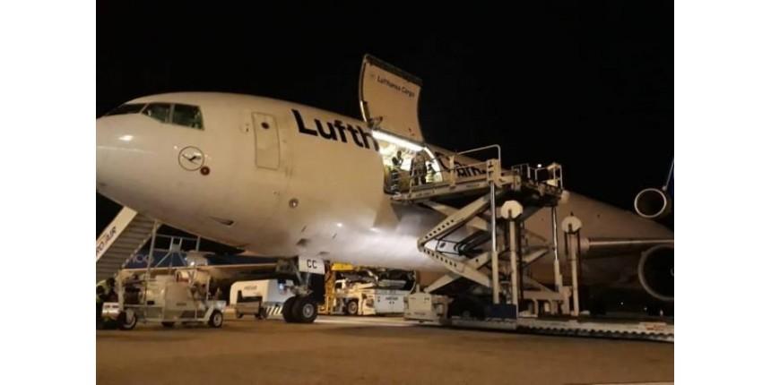 Carga com 726 mil testes para Covid-19 chega ao Brasil por Viracopos