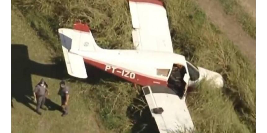 Avião de pequeno porte cai em rodovia no interior de São Paulo
