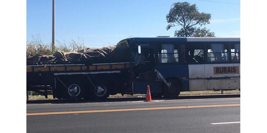 Colisão entre ônibus de trabalhadores rurais e caminhão deixa feridos em rodovia