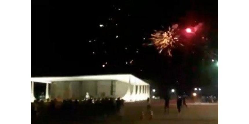 Manifestantes disparam fogos de artifício contra prédio do Supremo