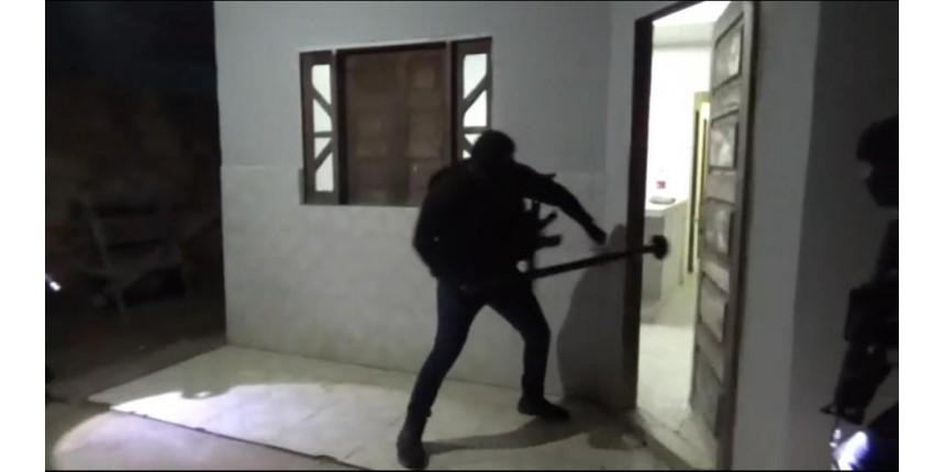 Polícia faz operação contra suspeitos de integrar quadrilha que usa artilharia antiaérea em assaltos a carros-fortes