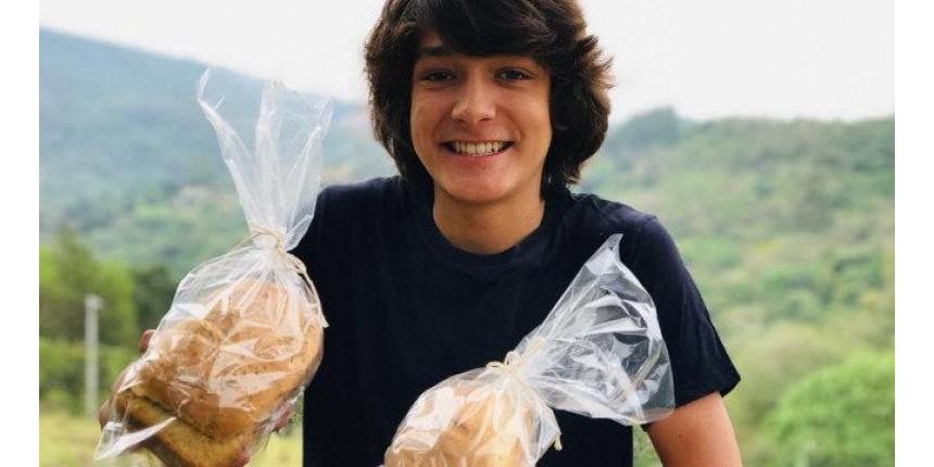 Adolescente produz pães artesanais para comprar um piano