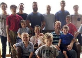 Casal com 14 filhos homens dá boas-vindas à primeira menina