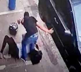 Homem agride mulher na rua minutos depois de vítima denunciá-lo...