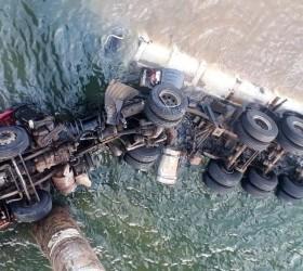 Motorista morre após caminhão cair de ponte com mais de...