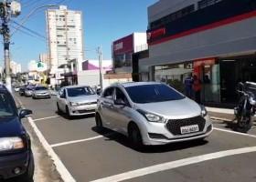 Motoristas abastecem carros com R$ 1 e pedem Nota...